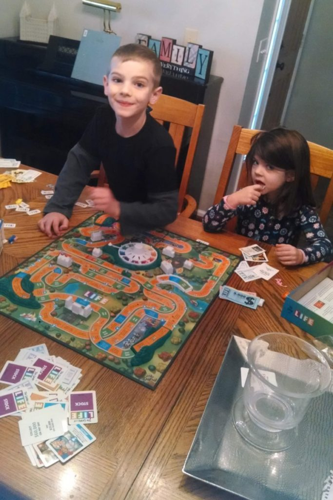2 kids playing the game of life